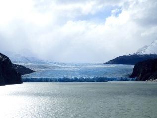 Le Glacier Grey dans le Parc National Torres del Paine est un glacier vêlant qui se déverse dans un lac.