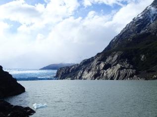 Vue sur le Glacier Grey et la roche érodée par son recul, dans le parc Torres del Paine.
