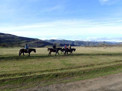 Des touristes effectuent un trek à cheval dans le Parc Torres del Paine.