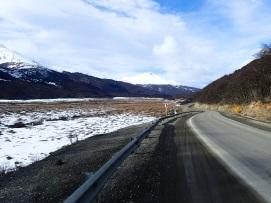 La route s'éloignant d'Ushuaia dans un décor montagneux.