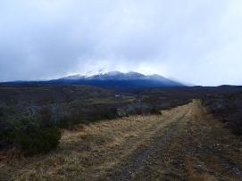 À travers les montagnes sur un chemin qui me mène à la route vers Torres del Paine.