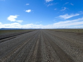 La piste qui s'étend vers l'horizon, sans fin, mais cette fois avec un vent de dos.