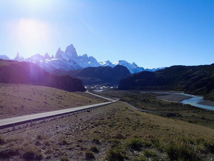 Arrivée à El Chalten que l'on aperçoit dans le fond de la vallée, au pied même des sommets légendaires que sont le Fitz Roy et le Cerro Torre.