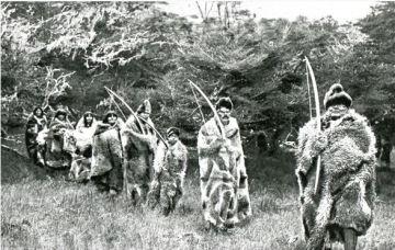 Les Selk'nam dans leur vie quotidienne, revêtus de peaux de guanacos.