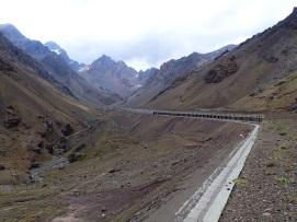 Les longs tunnels semi-fermés qui rythment la route internationale, à proximité du passage de frontière du Cristo Redentor