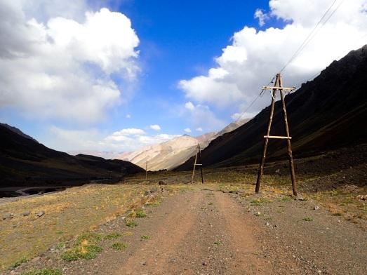 Quelques chemins parallèles à la route permettent de varier la marche en redescendant du passage de frontière