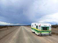 Caravane abandonnée, seule face à l'orage qui s'annonce