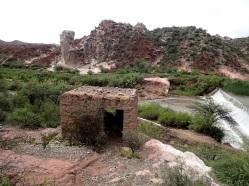 """Au milieu de la Cienaga ce drôle de rocher (en second plan) est dénommé """"La Chaise du Géant""""..."""