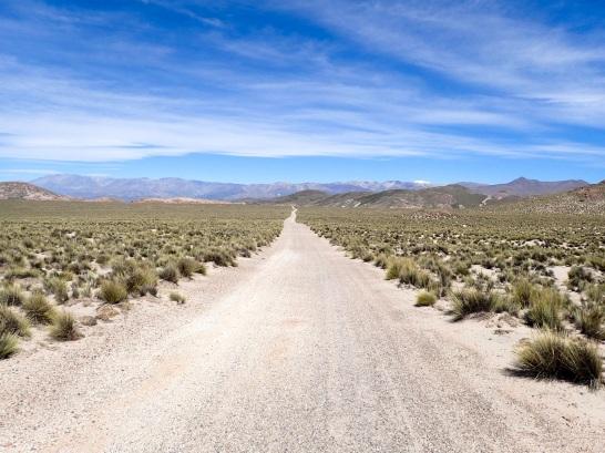 Route déserte permettant d'accéder au Champ de Pierre Ponce