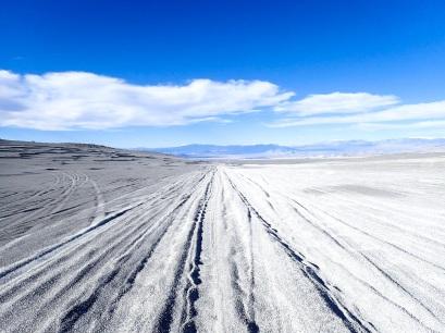 """La """"route"""" tracée dans le sable"""
