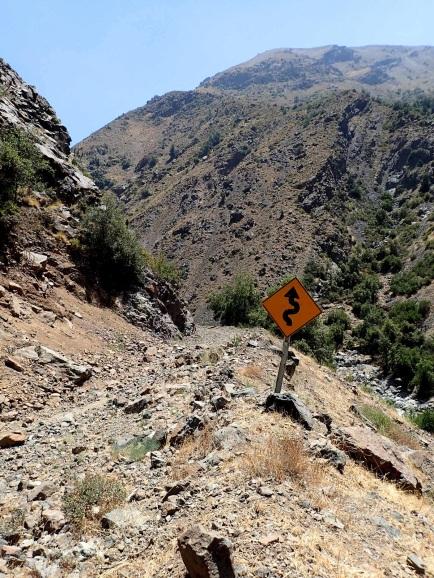 Route dans la réserve du Rio Blanco, dégradée en chemin de randonnée, mais dont demeurent néanmoins quelques panneaux routiers