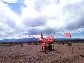 Chapelle dédiée au Gauchito Gil sur le bord de la route, signalée par des drapeaux rouges