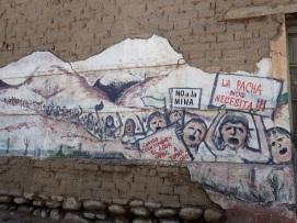 Graffiti en opposition au développement de l'industrie minière dans la Cordillère