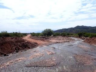 Croisement de la route et de la rivière à proximité du passage de la frontière provinciale entre La Rioja et Catamarca