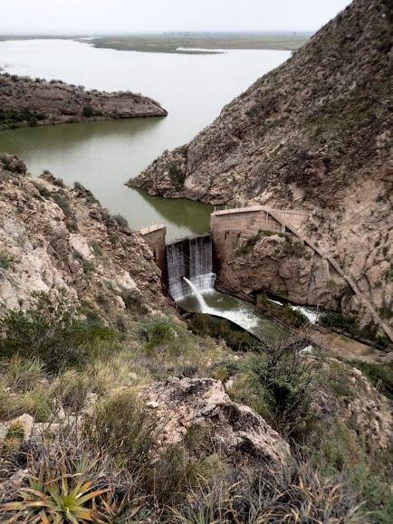 Barrage Los Cauquenes qui permet la formation d'un lac artificiel à l'entrée de la Cienaga