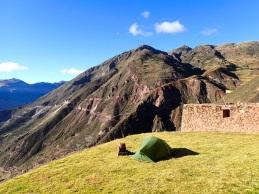 Mon cadeau d'anniversaire : arriver de nuit et planter la tente au milieu des ruines de Perolniyoc, surplombant toute le paysage de montagne éclairé par la lueur de la pleine lune
