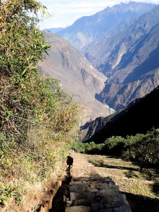 Les escaliers vertigineux qui descendent le long des terrasses des Lamas du Soleil (un sentier plus doux existe aussi)