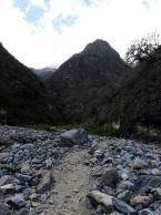 Le sentier se fraye un itinéraire dans le pierrier du Rio Blanco au fond de la vallée