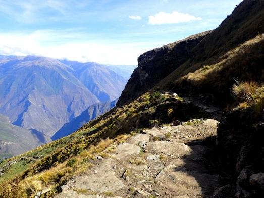 Une fois le Col San Juan passé la descente de 2 200 m vers le Rio Blanco débute sur un chemin inca pavé