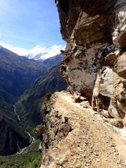 Vire creusée dans la montagne par les Incas pour construire le sentier minier qui descend vers Yanama