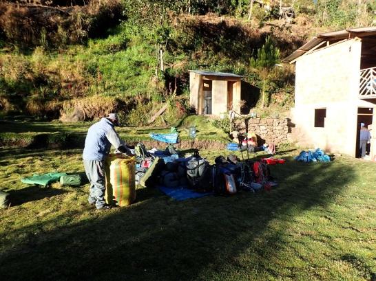 Dans les tours organisés par les agences touristiques les porteurs gèrent tout l'aspect logistique jusqu'au montage des tentes