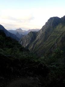 Ascension vers Llactapata à la tombée du jour