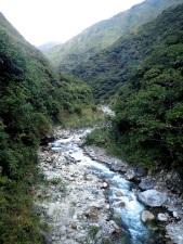 Depuis la station hydroélectrique la première étape est de remonter le Rio Ahobamba sur quelques kilomètres