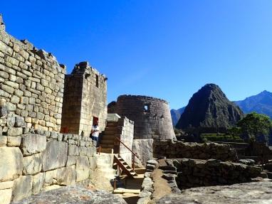 Vue sur l'un des secteurs les plus importants du site, avec le Temple du Soleil reconnaissable à son mur incurvé, et juste derrière le palais de l'Inca