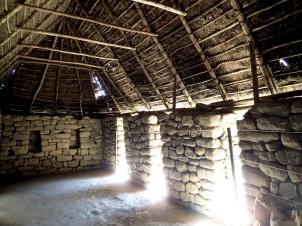L'intérieur de l'une des maisons des agriculteurs, dont le toit a été reconstruit