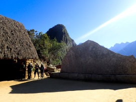 Située entre les deux maisons des prêtres, la Roche Sacrée a été sculptée selon la forme du Mt Yanatín auquel les incas ne pouvaient pas accéder de manière réelle