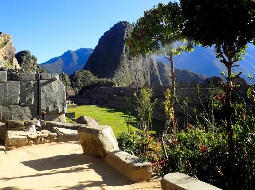 """Le jardin botanique inca, avec toujours en arrière-plan le Huayna Picchu (""""Jeune Pic"""")"""