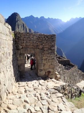 Porte principale du Machu Picchu, qui pouvait être fermée avec une porte en rondins de bois