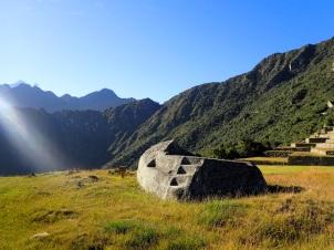 La roche funéraire située juste derrière la maison du gardien, et sur laquelle étaient pratiqués momifications et sacrifices de lamas