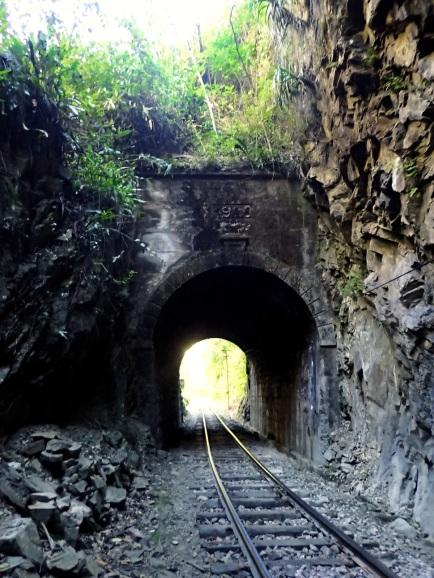 Seul véritable danger en suivant le chemin de fer, le passage de ce tunnel