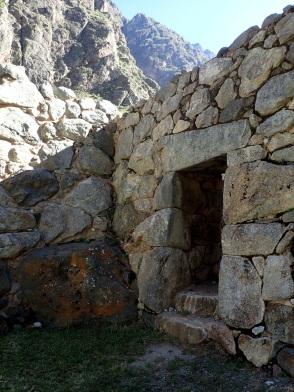 Site archéologique de Quri Wayrachina qui se trouve le long de la voie ferrée