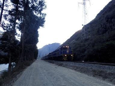 Jusqu'à Piskacucho une piste longe la voie ferrée où passent les trains à destination du Machu Picchu