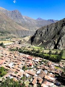 Vue sur le village dont on peut observer l'organisation inca, et de l'autre côté les terrasses surplombées par le Temple du Soleil