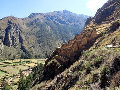 Greniers (qolqas) étagés sur le flanc de la montagne