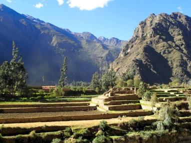Vue sur des terrasses incas depuis l'autre côté de la rivière