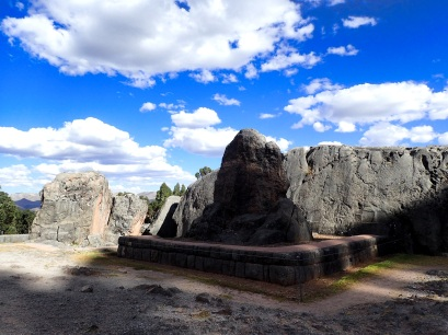 Le rocher sacré de granite qui se dresse au centre de la place de Q'enqo
