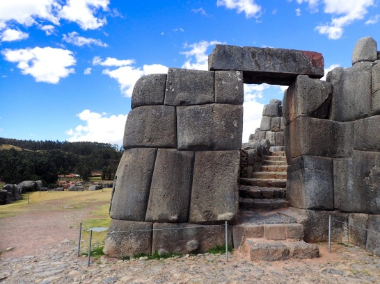 """Les portes de Saqsaywman sont particulièrment hautes pour que l'Inca puisse y passer debout sur son """"véhicule"""" porté à force d'hommes"""