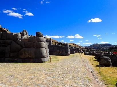 Les murs de Saqsaywaman, contruits dans un style mégalithique impressionnant, symbolisaient en trois niveaux les trois mondes de la cosmogonie inca