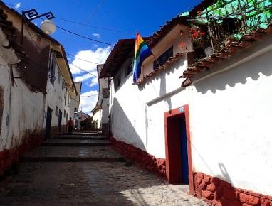 Ruelle typique décorée du drapeau traditionnel inca, aux couleurs de l'arc-en-ciel