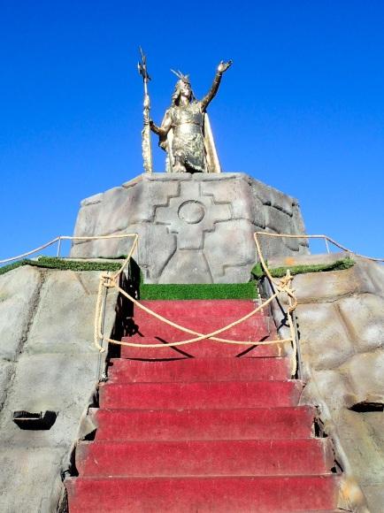 La statue de l'Inca Pachacútec qui trone au centre de la Plaza de Armas