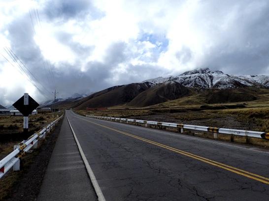 Montée par la route vers le col Abra La Raya