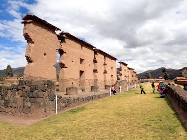 Vestiges du mur qui soutenait le temple dédié au dieu Wiracocha, l'un des édifices les plus grands jamais construit par les Incas