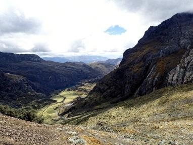 Vue sur la vallée en direction de Jancapampa depuis le col Yanacon, le premier de ce parcours