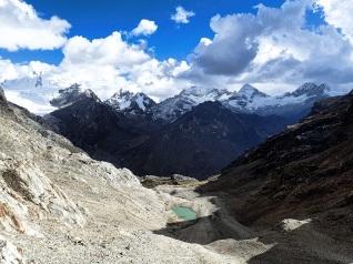 Le sublime panorama sur le cirque montagneux dominé par le Santa Cruz depuis le sommet du col Caracara