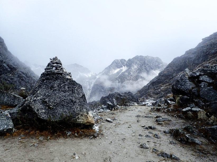 Passage du col Osoruri indiqué par un cairn