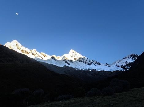 Le privilege de camper en dehors des chemins battus, voir le lever du soleil sur la ligne d'arete Sud de l'Alpamayo...